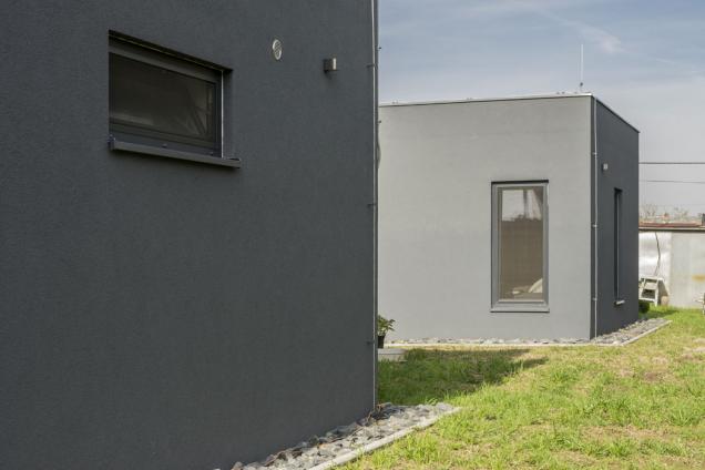 Cesta za novým domem začala fotkou z dovolené v Řecku – manželé si vyfotili dům, který se jim líbil a přinesli obrázek projektantovi. Představou o designu však jejich požadavky zdaleka nekončily - budoucí stavebníci chtěli stavět sami, v nízkoenergetickém standardu, bez zateplení a pokud možno bez dřeva. Trochu moc přání najednou? Vůbec ne – právě pro takto náročné lidi je tu Ytong. (Zdroj: Xella)