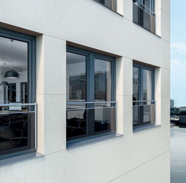 Nové bezpečnostní zábradlí kombinující sklo a ocelové trubky nabídlo pro plastové okenní profily Schüco třetí atraktivní variantu.