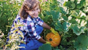 To, že pěstování tykvovité zeleniny je poměrně snadné, dokazuje svým vyprávěním odbornice na přírodní zahrady Jana Nováková. Radí, jak pěstovat okurky, cukety, dýně apatizony tak, abyste byli za svoji péči odměněni opravdu chutnými avkuchyni široce využitelnými plody.