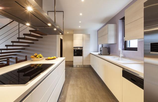 I kuchyň může zářit elegancí a noblesou. Protkat tuto místnost jedinečným leskem pomohou detaily z ušlechtilých kovů. Doteky mědi, bronzu či zlata interiér rozzáří a nejen kuchyni dodají okázalé charisma. Luxusní povrchová úprava sluší nejen úchytům nebo osvětlení, ale i nádobí, bateriím nebo dokonce zásuvkám. Stačí si vybrat. (Zdroj: Gorenje)