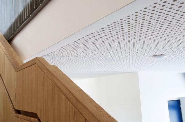 Nejčastěji se děrované deseky Cleaneo používají při instalaci podhledů. Velmi dobře poslouží zejména v mezonetových bytech s vysokými stropy, kde může docházet ke vzniku nepříjemné ozvěny. (Zdroj: KNAUF)