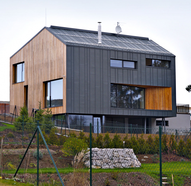 Rodinný dům vChýnici se střechou ačástí fasády krytými kvalitním titanzinkovým plechem RHEINZINK.