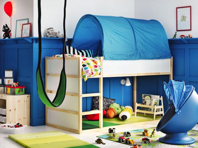Patrová postel Kura zborovicového dřeva je doplněná látkovým baldachýnem Kura, 90 × 200cm, cena postele 3990Kč, baldachýnu 349Kč, www.ikea.cz