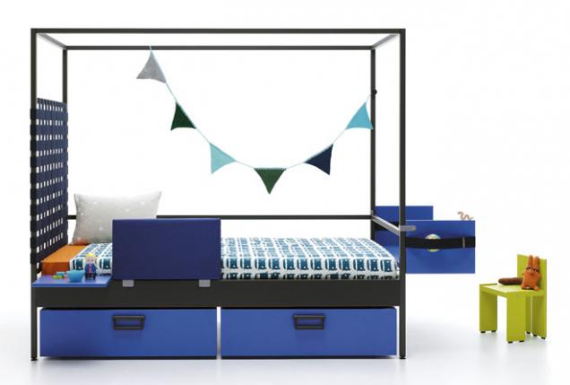Základní konstrukce postele Nook značky JJP může být doplněna omnoho komponentů (zásuvky, panely spolicemi, čalouněná čela, přenosné stolečky atd.). Rozměry 210 × 100/115 × 186cm, cena 61700Kč, www.space4kids.cz