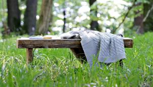 Rustikální lavice s vlastním rukopisem: Poslouží dobře venku i uvnitř. Jednoduchá lavice z vyřazených desek vám poskytne příležitost vyjádřit svou kreativitu. (Foto: Jana Ardanová)