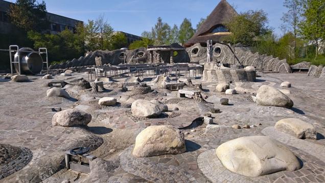 Vodní svět plný atrakcí ještě před napuštěním vodou. Práce skamenem na zemi ina zdech nezapře rukopis výtvarnice Lucie Kozelské. (Zdroj: Park Mirakulum)
