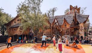 Dřevěná vesnička poskytuje nejen místo pro hry afantazii dětí, ale ipro odpočinek aobčerstvení dospělých. (Zdroj: Park Mirakulum)