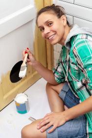 Lze použít penetrační nebo impregnační nátěr. Penetrací snížíte nasákavost podkladu azajistíte, aby další vrstva barvy dobře přilnula, impregnace obsahuje prostředky, které brání růstu plísní ahub azabraňují pronikání vody (týká se tedy spíše venkovních dveří).