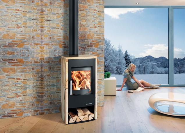 Krbová kamna Azul jsou ideální do bytových interiérů. Upoutají na první pohled atraktivním pískovcovým obkladem. Navíc mají efektivní terciární přívod vzduchu a velmi pohodlné ovládání. Foto: Mountfield