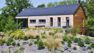 Střešní zahrada navazuje na terasu nadzemního patra domu, kde se nachází ložnice majitelů.