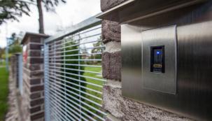Čtečka otisků prstů patří mezi nejoblíbenější hi-tech doplňky k bezpečnostním dveřím. Pomocí tohoto systému si odemknete dveře bez použití klíče, stačí pouze přiložit prst