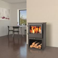 Krbová kamna Skarnes od firmy Haash+Sohn umožňují topení dřevem i hnědouhelnými briketami