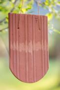 Tašku provizorně pověsíme například na větev stromu viz obr. 3 a ťukneme na ni paličkou
