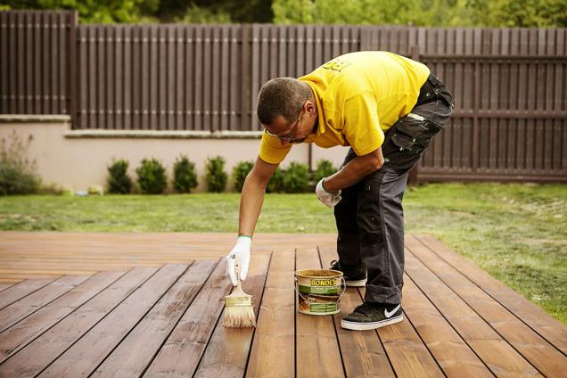 Dřevěnou terasu spolehlivě ochráníte pomocí rychleschnoucího extrémně ochranného oleje Bondex Extreme Decking na vodní bázi, který vytváří odolný vodoodpudivý film.