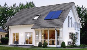 Doba se vyznačuje poměrně zásadní změnou zažitých pravidel ve vytápění budov. Stále častěji se proto vpraxi uplatňují systémy kvyužití sluneční energie, energie země, větru, vody avůbec okolní přírody.