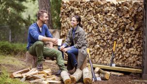 Podzim se zvolna ujímá vlády, což znamená, že se pomalu, ale jistě krátí doba, po kterou máte možnost pohodlně připravit dřevo pro budoucí topnou sezonu. Přichystat dřevo na celou zimu je dřina, kterou vám ulehčí šikovní pomocníci.