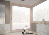 KALEIDO VISION je povrchová úprava oken, která je velmi odolná vůči poškození (10x více odolná vůči rozbití než standardní sklo), dále je o 50 % lehčí než sklo, vyniká vysokou odolností proti poškrábání a dobře se čistí. (Zdroj: REHAU)