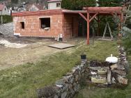 Nový zahradní domek se zastřešenou terasou bude tvořit zázemí jezírku. Zadomkem jsou letité túje obrovské, střechu majitel pojal moderně avysázel zde levandule (1)
