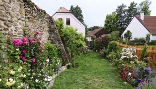 Prastará substance středověké zahrady tvoří dokonalou kulisu půvabné zahrádce, kterou zrekonstruovali noví majitelé teprve nedávno.