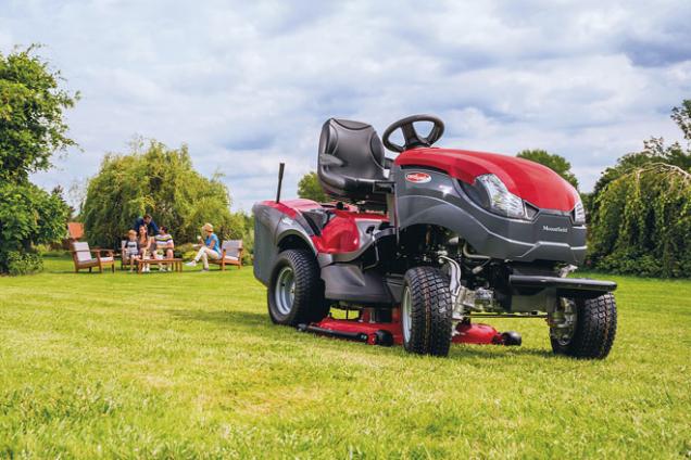 Zahradní traktor XHTY 2404WD patří ktomu nejlepšímu, co si vdané komoditě můžete pořídit. Tento jedinečný model přináší stálý pohon všech čtyř kol, který trumfuje při práci vesložitějším terénu nebo zaztížených podmínek. Stroj pohání dvouválcový americký motor Briggs & Stratton ovýkonu 11,67 kW. Má dvě hydrostatické převodovky ovládané jedním pedálem, elektromagnetické spínání sekačky ataké důmyslný systém Easy Memo, který si pamatuje nastavení výšky sečení. A jsou tu i další vymoženosti: např. palubní počítač s LCD displejem nebo tempomat.  Více informací nawww.mountfield.cz