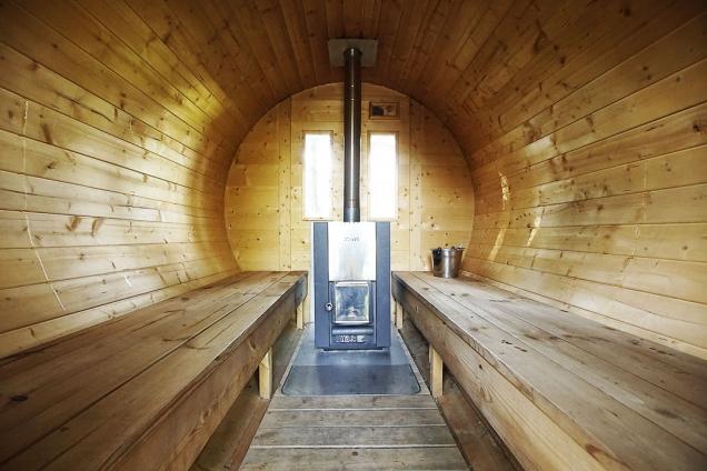 V saunovém sudu za chatou se vzduch vyhřívá kamny na dřevo. Je to mnohem příjemnější a voňavější teplo než z kamen na elektřinu.