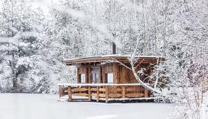 Představte si místo, kde se můžete ponořit do absolutního klidu. Kousek od civilizace, přitom vnaprostém soukromí. Žádní sousedé, žádní kolemjdoucí… Klid naruší jen občasné šplouchnutí kaprů, kteří vyskočí nad hladinu privátního rybníka. ...A kde můžete rybařit i uprostřed zimy.