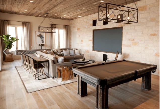 Dřevěný kulečníkový stůl v prostorném obývacím pokoji.