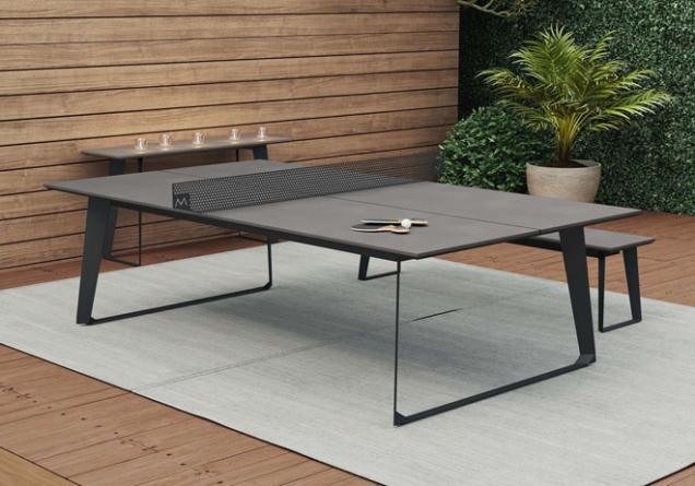 Stůl na ping pong na dřevěné terase.