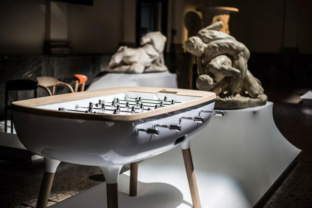 Stylový ocelový stůl na fotbálek.