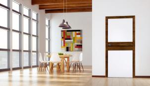 Dveře Vari v kontrastním provedení jilm tabák v interiéru velmi vyniknou a snesou jen nenápadnou podlahu. Zde zárubně elegantně navazují na podlahové lišty (nabízejí studia SIKO koupelny & kuchyně)