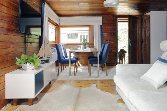 Většina nábytku byla vyrobena na zakázku. Designérka vybrala modro-bílou barevnou kombinaci, která působí svěže,  k modřínu se skvěle hodí a navíc patří k vodáckému a námořnickému stylu.