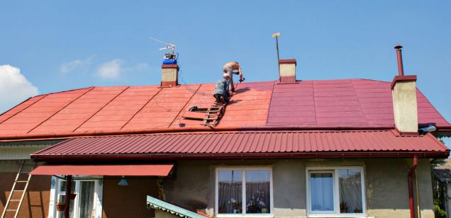 Unovostaveb životnost střechy znejvětší míry určuje už vhodný výběr materiálu střešní krytiny ajejí správná pokládka. Poněkud větší problém představují střechy dřívějšího data realizace. Vkaždém případě funkčnost aživotnost střešní krytiny lze dlouhodobě zajistit jedině efektivní apravidelnou údržbou.