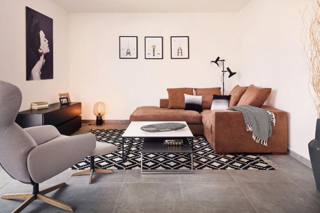 Sezení je umístěno vintimním zákoutí. Nechybí mu soukromí, ale zároveň je propojeno sostatními částmi společného obývacího prostoru ise zahradou.