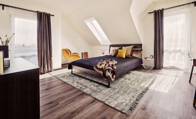 Podkrovní místnosti mají příjemnou kombinaci standardních astřešních oken. Jejich předností je velký vzdušný prostor avýhledy jak do nebe, tak do okolí. Více informací najdete na www.canaba.cz
