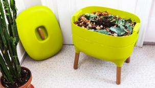Nemáte-li možnost  kompostovat vzahradním kompostu, zauvažujte opořízení či výrobě domácího vermikompostéru. Žížaly, které vněm žijí, zpracují zbytky na kvalitní hnojivo. (Zdroj: Urbalive.cz)