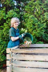 Kompost býval dříve prakticky na každé zahradě schovaný vnejvzdálenějším koutku, někde u plotu. Domácí na něj odhazovali odřezky zkuchyně, ze zahrady ořezané větve, odrostlé rostlinky isuchou trávu. Běžně se používal na hnojení aobohacení půdy. Na některých zahradách zůstal dodnes.