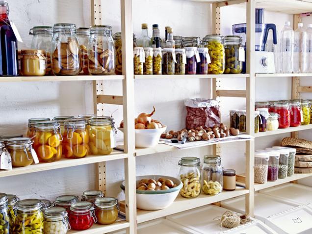 """Přehledně a hlavně """"vzduchotěsně"""" uložené potraviny ve spíži či komoře."""