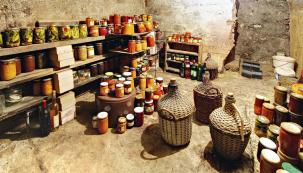 Skladování zavařenin, kompotů a konzervovaných potravin v chladném a tmavém sklípku se stálou teplotou. Ano, ale jen v dobře uzavřených a označených obalech