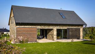 Posuvné prvky na fasádě, vrata a žaluzie regulují osvětlení, vítr, chrání soukromí a neustále mění vzhled domu.