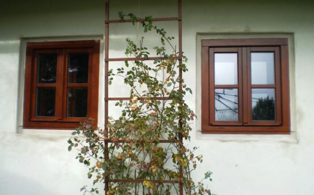 Okno Antik - světlý kaštan (Zdroj: VEKRA)