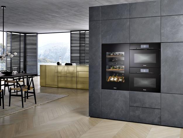 Ksoučasným trendům patří vysoká kompaktní úložná sestava, která zahrnuje potravinové skříně adalší úložné prostory, vestavěnou chladničku smrazničkou, případně itroubu, mikrovlnku, kávovar apod. Výrazně se tak šetří místo vkuchyni akoncentrace elektrospotřebičů dojednoho místa zjednodušuje azlevňuje jejich instalaci (MIELE).