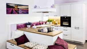 Řada Provence ze sortimentu kuchyní SIKO zajímavě kombinuje pracovní zónu s nízkými skříňkami, které lze využít i jako odkládací plochu nebo posezení. www.siko.cz