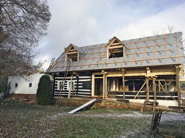 Pomocí speciálního softwaru lze vyprojektovat střechu libovolného tvaru na dům libovolného půdorysu. Uvažujete-li ozměně typu či tvaru střechy, tedy oúpravě krovu acelého střešního souvrství, je žádoucí posouzení záměru statikem, ale itesařem, pokrývačem, kominíkem... Kvýstavbě nového plnohodnotného podlaží se jako ideální jeví lehké dřevěné montované konstrukce (1)