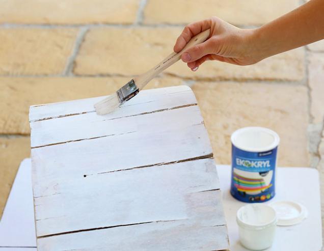 5. Po obvodě kmen natřete bílou barvou. Pro první vrstvu nátěr řeďte vodou (v poměru 1 : 1)
