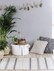 Ať už bude sloužit k sezení nebo jako odkládací stolek, například pod vánoční stromeček, bude tento kousek vždy krásnou a funkční dekorací a oživí váš domov.