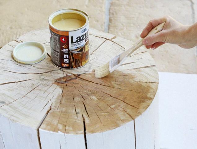 6. Horní a spodní plochu stolku natřete olejovou lazurou