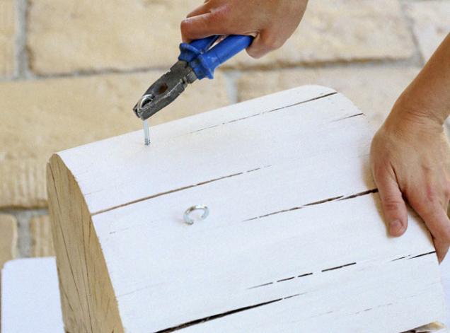 7. Do vyvrtaných otvorů ručně zašroubujte háčky