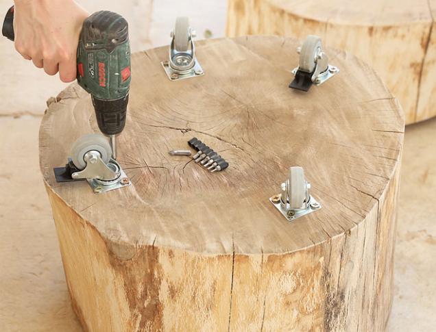 9. Pokud chcete mobilní stolek, zespodu přišroubujte kolečka