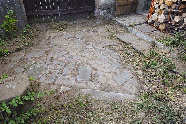 Kamenná dlažba ve spárách zarostlá plevelem (vlevo) a tatáž dlažba po očištění ocelovým kartáčem SIT pro křovinořez (4)