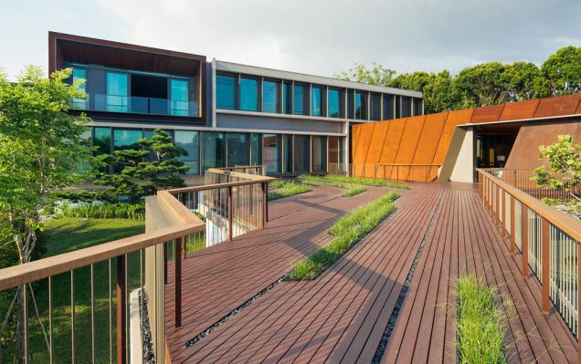 Konstrukce různých budov odráží jak charakter svahu, tak diamantový tvar pozemku. Fasáda obytné budovy kombinuje systémy Schüco ASS 50.NI a Schüco ADS 65.NI s konzolovými slunečními clonami. (Zdroj: Schüco, autor fotografie: Khoo Guojie, Singapore)